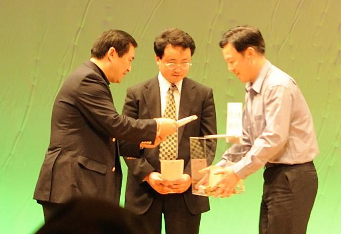 大明気功院 中国四川省大地震 義援金 青島大明院長から贈呈の様子