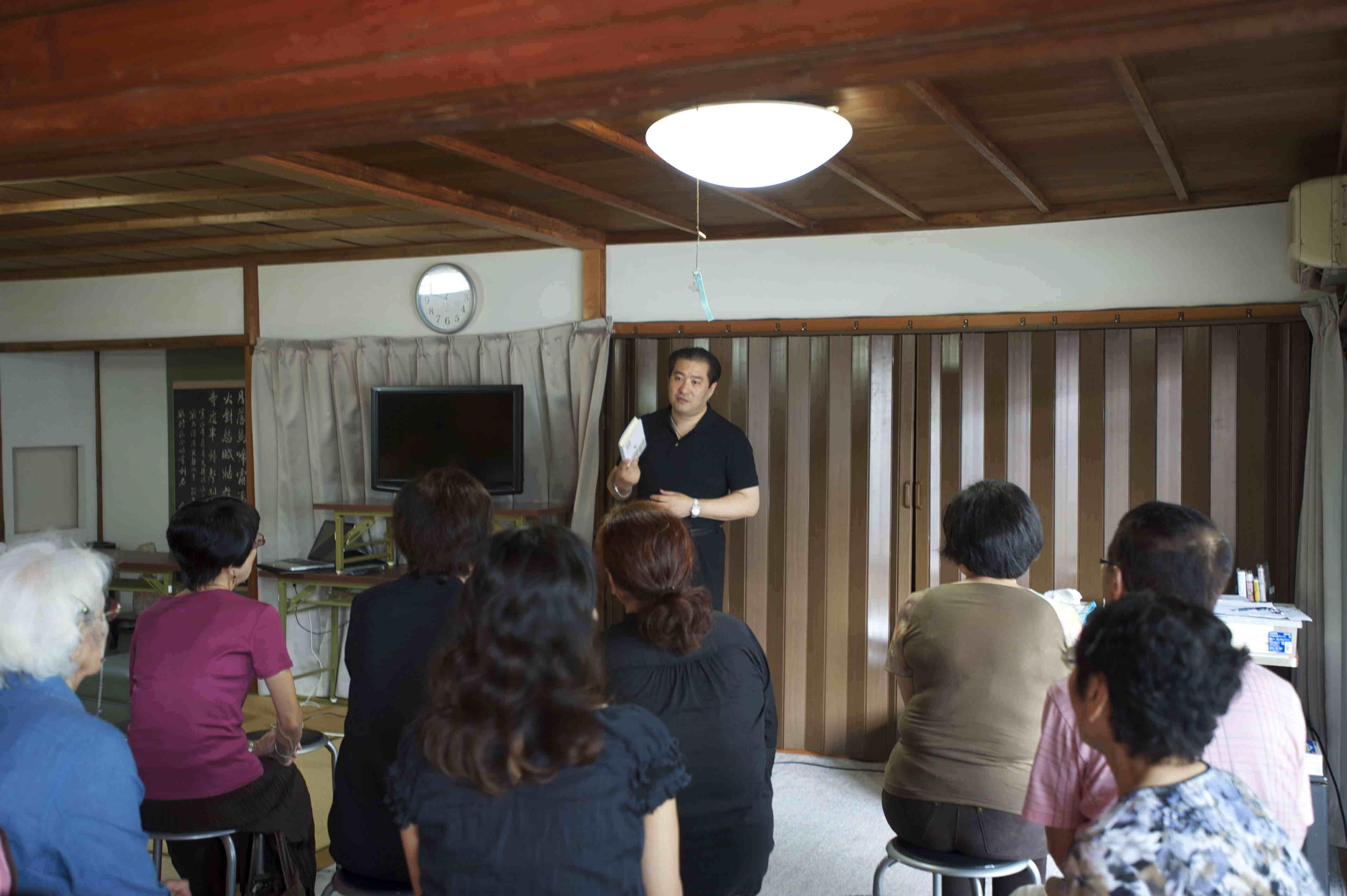 出版記念講演会『なぜ あなたの病気は治らないのか』青島大明 大明気功院院長 法術のお札の使い方の説明