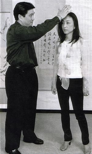 大明気功メディア掲載記事:FRAU 三浦暁子文・「痛みが消えた」私の気功体験記、青島大明院長写真